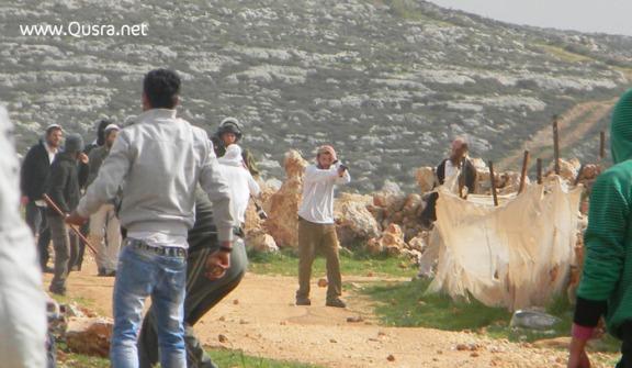 Colonos protegidos por soldados atacan a los habitantes de Qusra (febrero 2013).