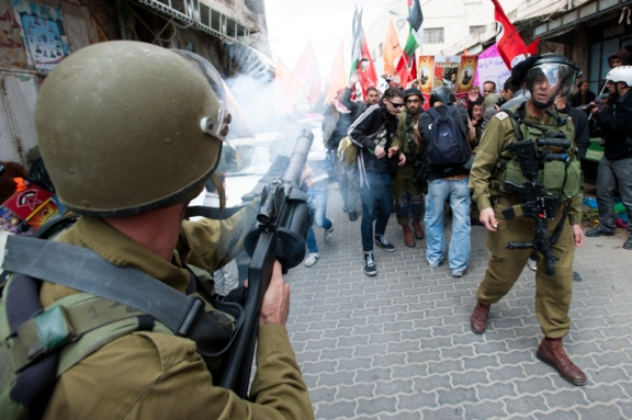 Hebrón: un soldado dispara gas lacrimógeno para dispersar la manifestación del 27 de febrero (Ryan Rodrick Beiler)
