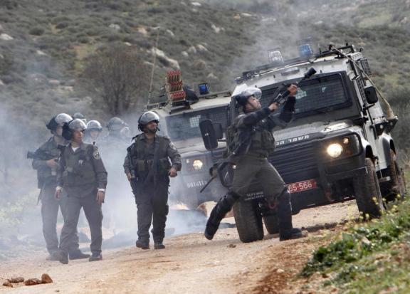 """Los soldados reprimen a los palestinos en Qusra para """"proteger"""" a los colonos atacantes (Abed Qusini-Reuters)"""