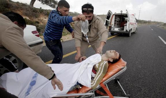 Un palestino baleado gravemente por los colonos en Qusra es asistido por los paramédicos (Alaa Badarneh/EPA).