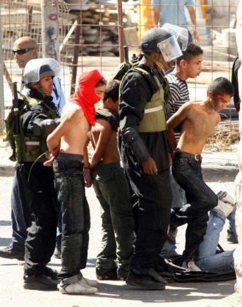 Típica escena en Palestina (aunque los niños suelen ser vendados y esposados)