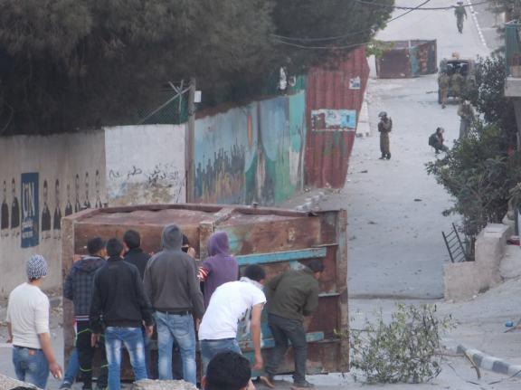 Protegiéndose de los soldados en el campo de refugiados de Aida, 9/4/13 (María Landi)