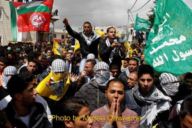 Banderas de Fatah, Hamas, FPLP y palestinas en el funeral de Maysara Abu Hamdiyeh