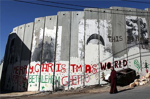 """""""Feliz Navidad desde el ghetto de Belén"""" (grafiti en el Muro)."""