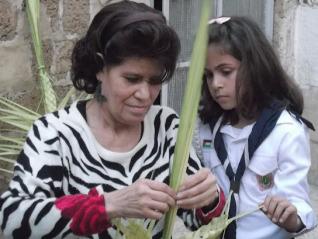 Preparando las cruces de palma para el Domingo de Ramos en la iglesia de San Porfirio (Gaza, 2012).