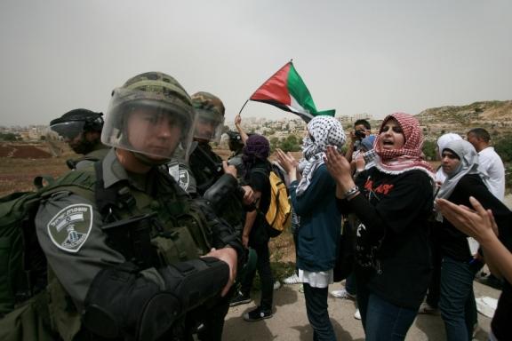 Mujeres palestinas frente a soldados en Cisjordania (Rana Nazzal).
