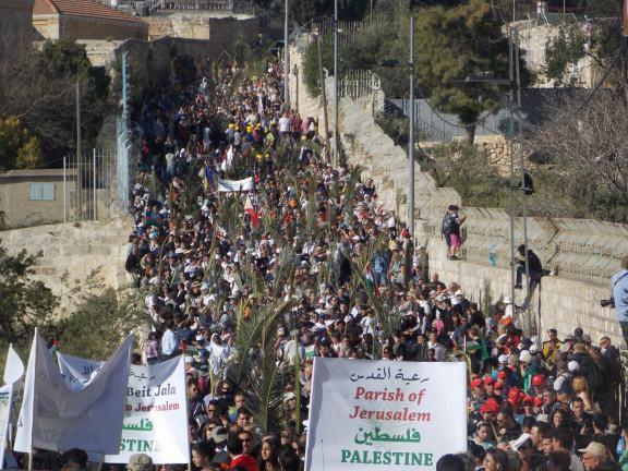Procesión del Domingo de Ramos en Jerusalén, denunciando la falta de libertad religiosa ya que Israel restringe los permisos otorgados a lxs palestinxs de Cisjordania para entrar en su Ciudad Santa.