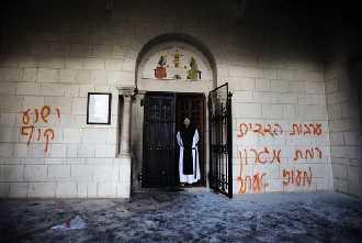 Grafitis anti-cristianos pintados por colonos judíos en el monasterio de Nuestra Señora de los Siete Dolores (Latrún, cerca de Jerusalén, 2012).