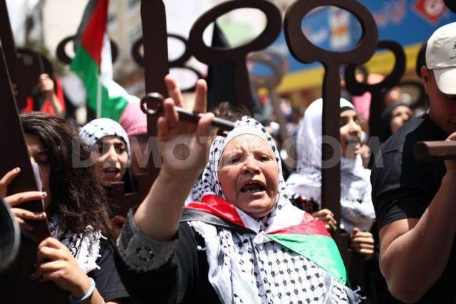 Palestinas marchando en Ramala en el 65º aniversario de al-Nakba (Ahmad Mesleh).