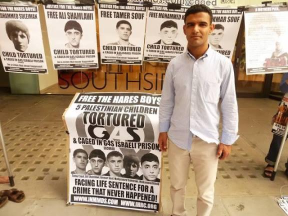 El futbolista y ex preso político palestino Mahmud Sarsak durante una protesta por los Chicos de Hares y contra la corporación de seguridad G4S en Londres, en julio pasado.