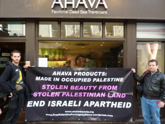 Acción de boicot en EEUU frente a una tienda de Ahava, la empresa de belleza ubicada en una colonia ilegal en el Mar Muerto.