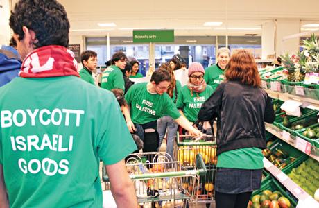 Acción de boicot a productos israelíes en un supermercado del Reino Unido (War on Want)
