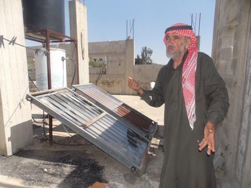 Abu Fadi mostrando los paneles solares destruidos por los colonos de Revava.