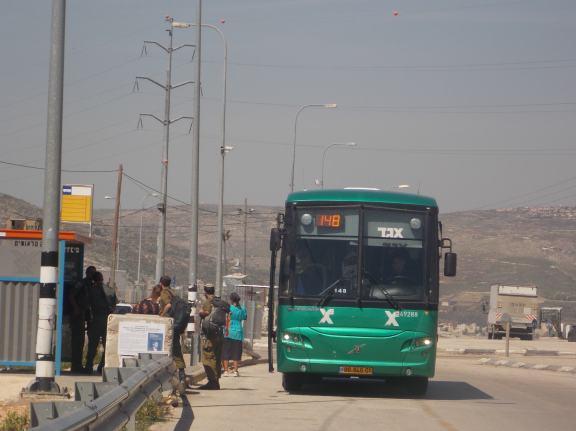 Colonos, soldados y autobús sólo para israelíes en el cruce de Zatara
