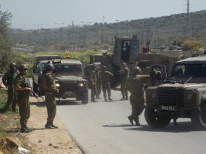 El ejército cerrando la entrada a Hares poco después del accidente.