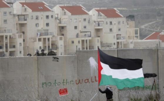 Detrás del Muro, la colonia israelí ilegal Modi'in, construida en tierras robadas al pueblo palestino de Bil'in (Majdi Mohammed, AP)