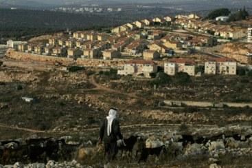 En Cisjordania, un palestino mira la colonia israelí que ha robado sus tierras.