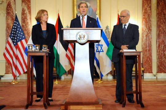 John Kerry flanqueado por la negociadora y ministra de Justicia israelí Tzipi Livni y el jefe negociador palestino Saed Erekat en Washington el 30/7/13. (Dpto. de Estado)
