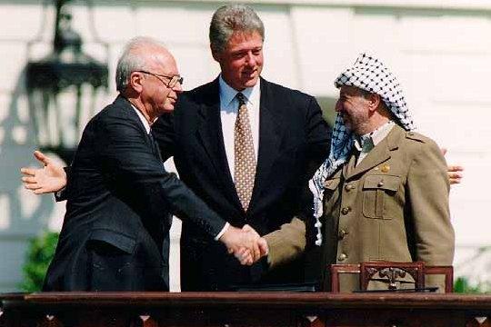 El primer ministro israelí Isaac Rabin, el presidente Bill Clinton y el líder de la OLP Yasser Arafat (Foto: Vince Musi)