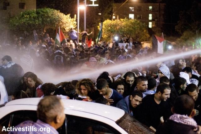 La policía lanza chorros de agua sobre la multitud en Haifa, ciudad costera al norte de Israel/Palestina.