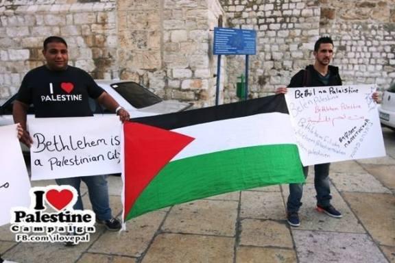 """Activistas de Belén en la plaza central en una acción de la campaña """"I love Palestine""""."""