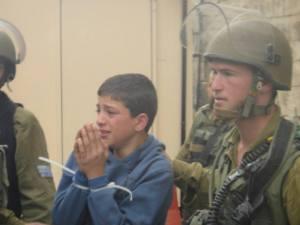 Uno de los muchos niños palestinos arrestados en Hebrón en marzo. (ISM)
