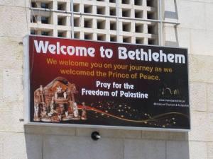 Cartel en la plaza central: Bienvenidos/as a Belén. Recen por la libertad de Palestina.