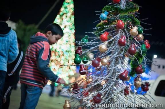 Árbol de Navidad realizado por activistas de Belén con granadas pintadas de color y alambre de puás, en la plaza de la Natividad, 2013.