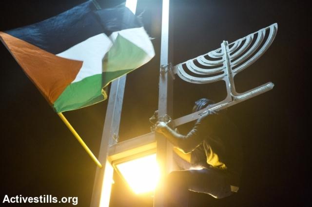 Banderas palestinas en los postes de alumbrado público de Haifa.