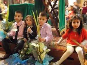 Niñas y niños en la iglesia de la Natividad durante la Pascua ortodoxa (M. Landi).