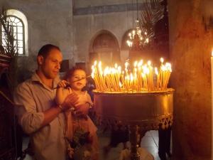 Escena familiar en la iglesia de la Natividad durante la Pascua ortodoxa (M. Landi).
