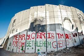 """Graffitti sarcástico en el Muro: """"Feliz Navidad desde el gueto de Belén""""."""