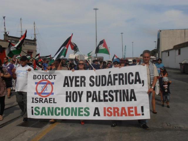 Asturianxs manifestando en Bermeo, País Vasco, en 2012, durante la visita de la Flotilla de la Libertad.