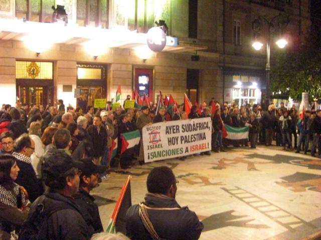 Activistas protestan en Asturias ante la sede del Festival Internacional de Cine de Gijón, que en 2012 fue co-financiado y auspiciado por Israel.