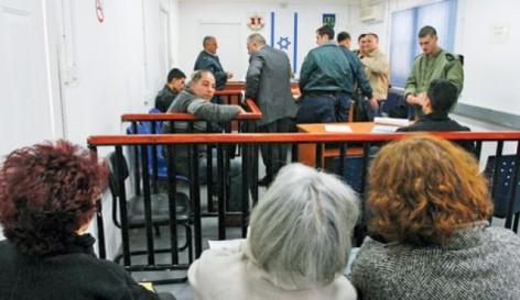 Audiencia en uno de los traileres/juzgado en el tribunal militar de Ofer (archivo de Haaretz).