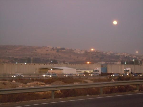 La luna se alza sobre el complejo de la prisión militar de Ofer, en Cisjordania ocupada (Foto: Dawn).
