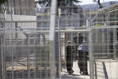 La jaula donde las familias palestinas esperan para entrar al tribunal militar (Oren Ziv, Activestills)