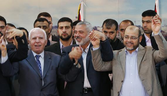 Azzam Al-Ahmed (jefe de la delegación de Fatah), Ismail Haniyeh (primer ministro del gobierno de Hamas en Gaza) y Moussa Abu Marzouq (líder veterano de Hamas) en Gaza el 23/4/14 (Reuters)