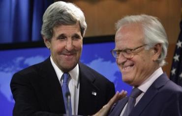 Kerry con Indyk (foto sin crédito)