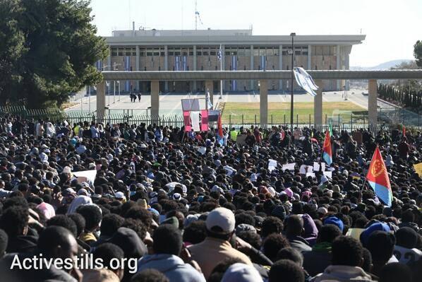 Inmigrantes africanos amenazados de expulsión protestan ante el parlamento israelí (febrero 2014)