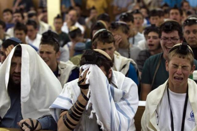 Judíos ortodoxos rezan por sus tres compañeros en la colonia ilegal de Gush Etzion, Cisjordania ocupada.