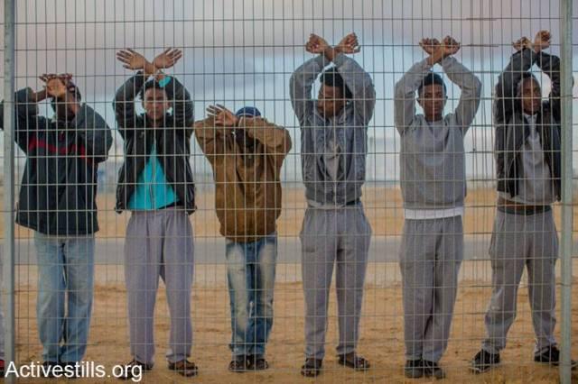 Solicitantes de asilo africanos detenidos en la cárcel para inmigrantes ilegales Holot (desierto del Negev).