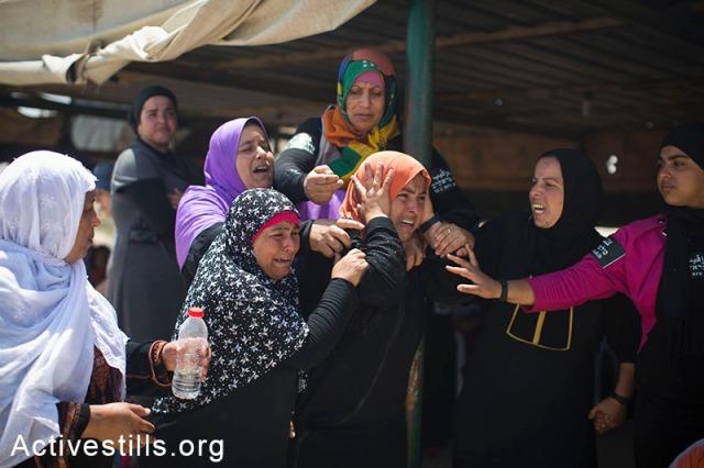 Mujeres de Al Araqib durante la reciente demolición de su aldea.