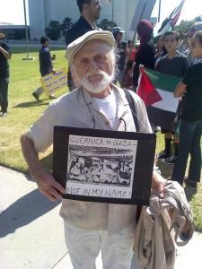 Ernest Rosenthal (95), sobreviviente del Holocausto nazi, protesta en solidaridad con Gaza en Los Ángeles.