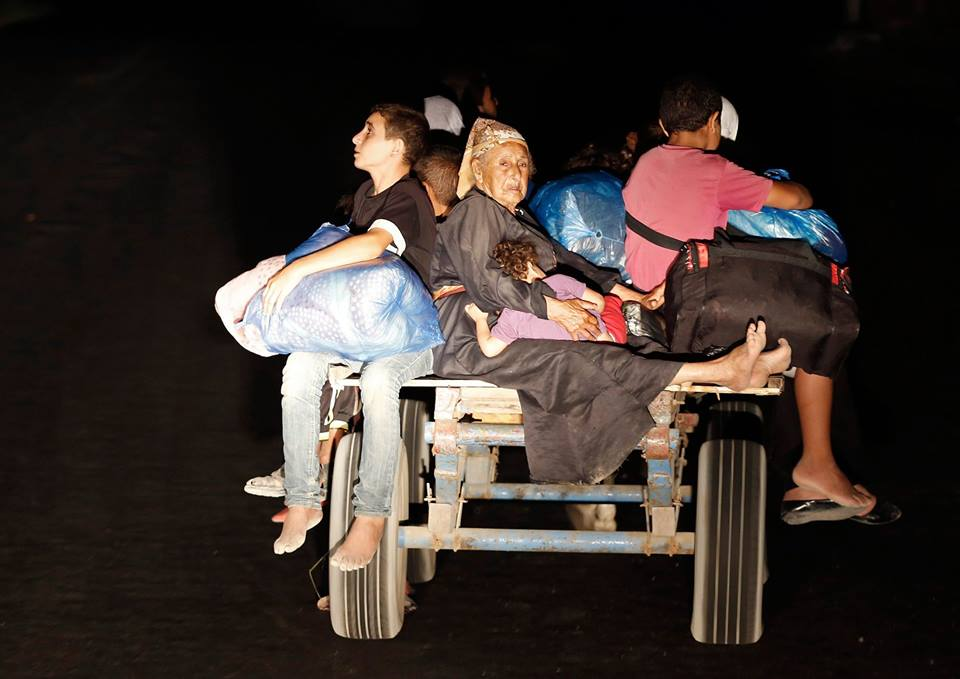 Más de 10.000 palestinas/os abandonaron sus hogares en el norte de Gaza por advertencia israelí y se refugiaron en las escuelas de la UNRWA. (AFP)