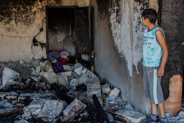 Un integrante de la familia Abu Eisha en Hebrón mira las ruinas de su hogar destruido por Israel el 1º de julio (Foto CPT).