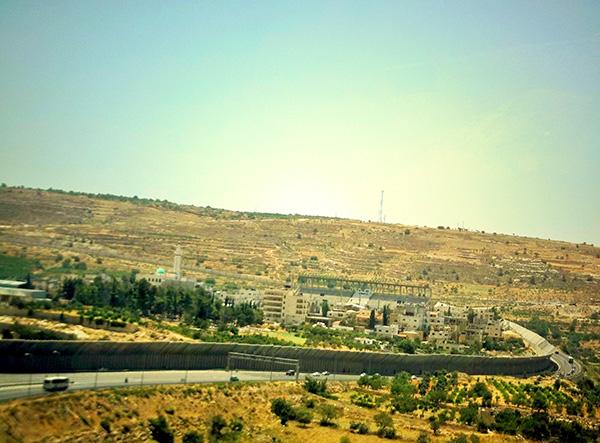 Muro que se ve viniendo de Belén hacia Jerusalén. Foto: Tali Feld Gleiser.