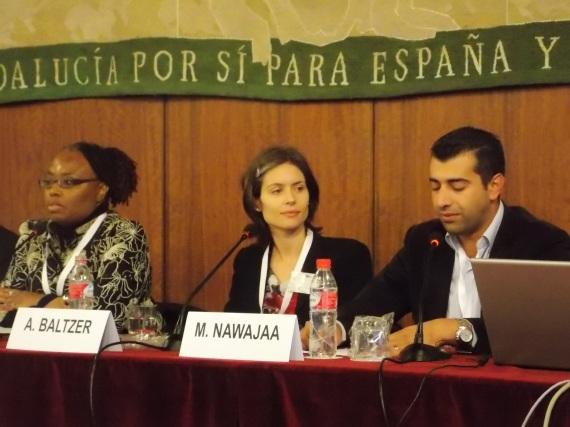 Anna Baltzer en la conferencia de Sevilla, flanqueada por Felicia Eaves (presidenta de la campaña de BDS en EEUU) y por Mahmoud Nawajaa (coordinador del Comité Nacional de BDS en Palestina.