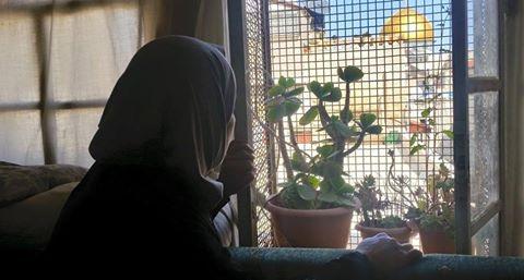 Nora Sub Laban mirando la Cúpula de la Roca desde la ventana de su hogar amenazado, en la Ciudad Vieja de Jerusalén.