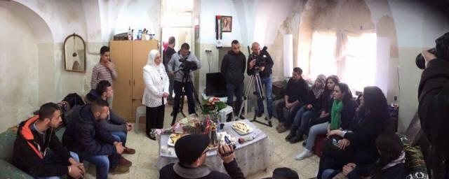 Activistas y vecinos se solidarizan con la familia visitándoles en su casa amenazada.
